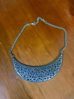 Metallic Detailed Necklace