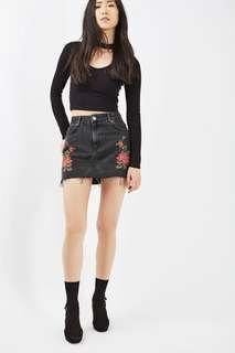 🚚 Topshop Rose Frayed Black Denim Skirt