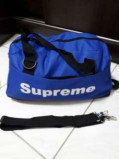 🚚 旅行包包,附背帶。