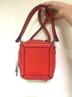 🚚 紅色小側背包