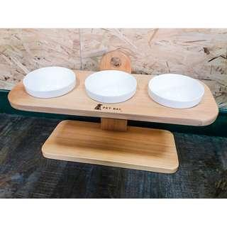 【PET BAY】可調式原木三口碗架(附陶瓷碗) A3215 (斜面 實木 寵物碗架 寵物餐桌 寵物碗 飼料碗 貓狗 寵物 台灣製造)