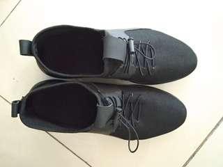 Sneaker hitam pria style korea