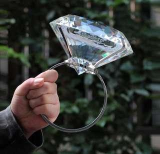 🚚 仿真水晶8公分大鑽戒 自助婚紗攝影 拍照道具 佈景 禮物 玩具 情人節/七夕禮物