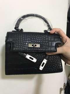 🚚 Black reptile design sling bag/handbag