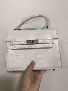 🚚 White reptile sling bag/handbag