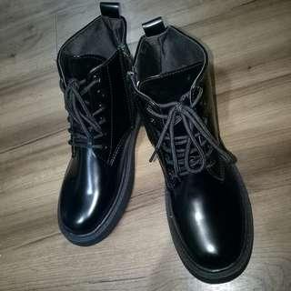 🚚 亮面低跟皮靴