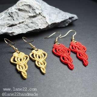 🚚 Handmade micro macrame chandelier earrings in gold and red. // (Micro macramé lane22 classic #2 handmade jewelry jewellery)