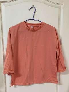 粉紅反折袖上衣
