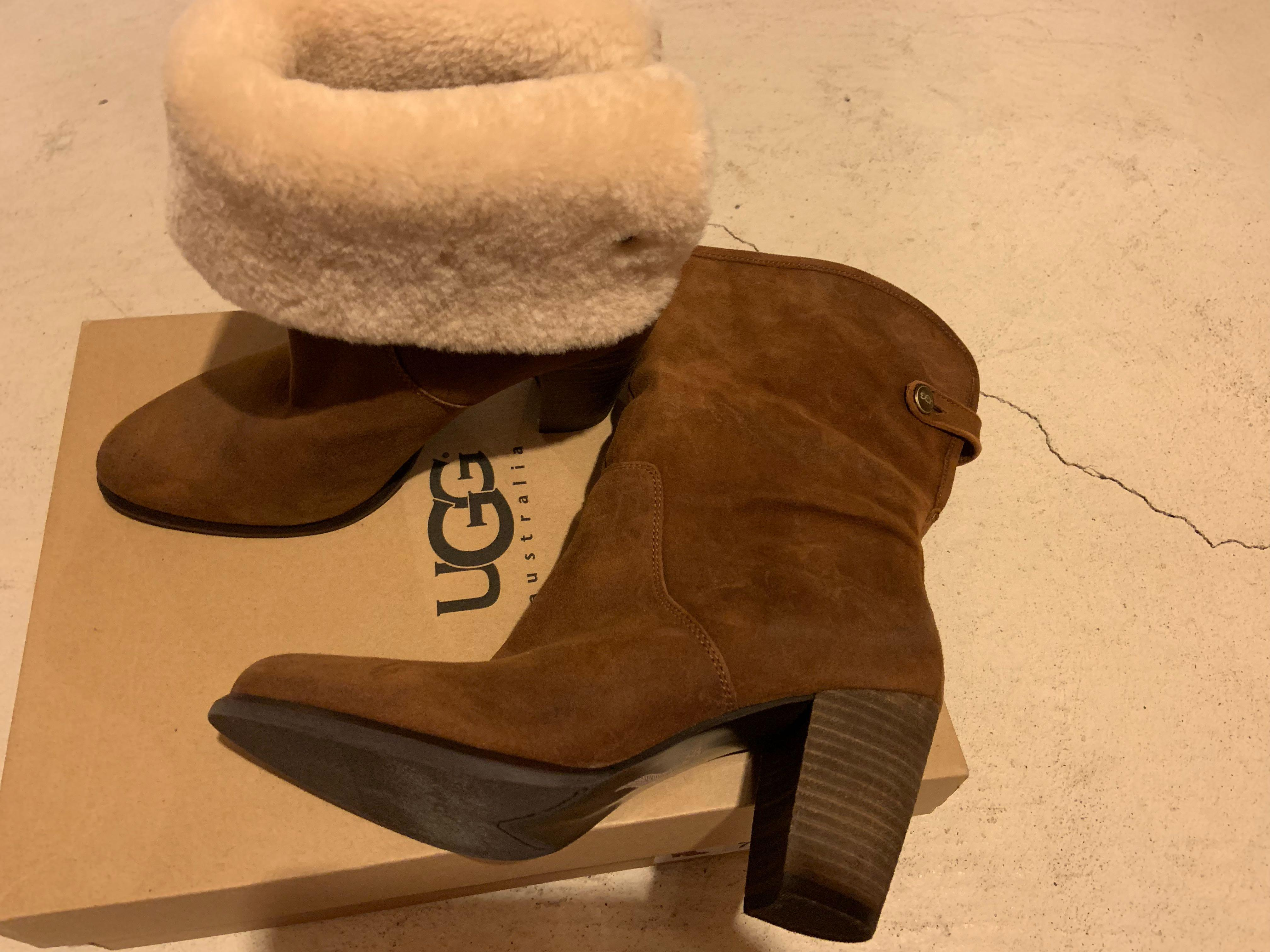 Brand new in box uggs size 7. The fur can be rolled up for another look. Retails for over $200. Super stylish and warm