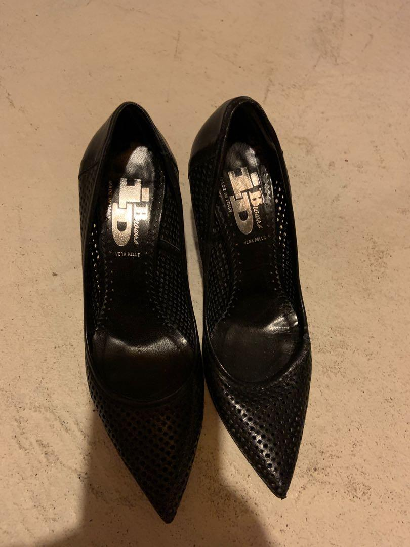 Browns ID heels made in Italy. Size 7. Slight rip on left side