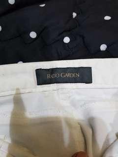 Celana pendek levis putih