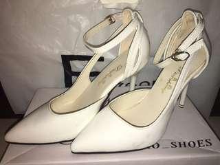🚚 白色性感鏤空尖頭高跟鞋