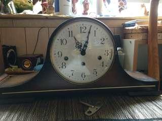 西德Linda拿破侖八音鐘,市場小有八音鐘,可較不同音响,行走正常,每15分响起音响,正點報時,音色清响,高9寸,横18.5寸,深4.5寸,品相如圖。