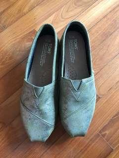 BN TOMS distressed gold shoes