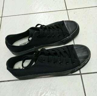 全新黑色休閒鞋 (25~26號)