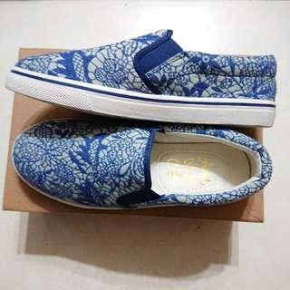 藍色 lace 花 slip-on (購自Nissen日本網購網站)