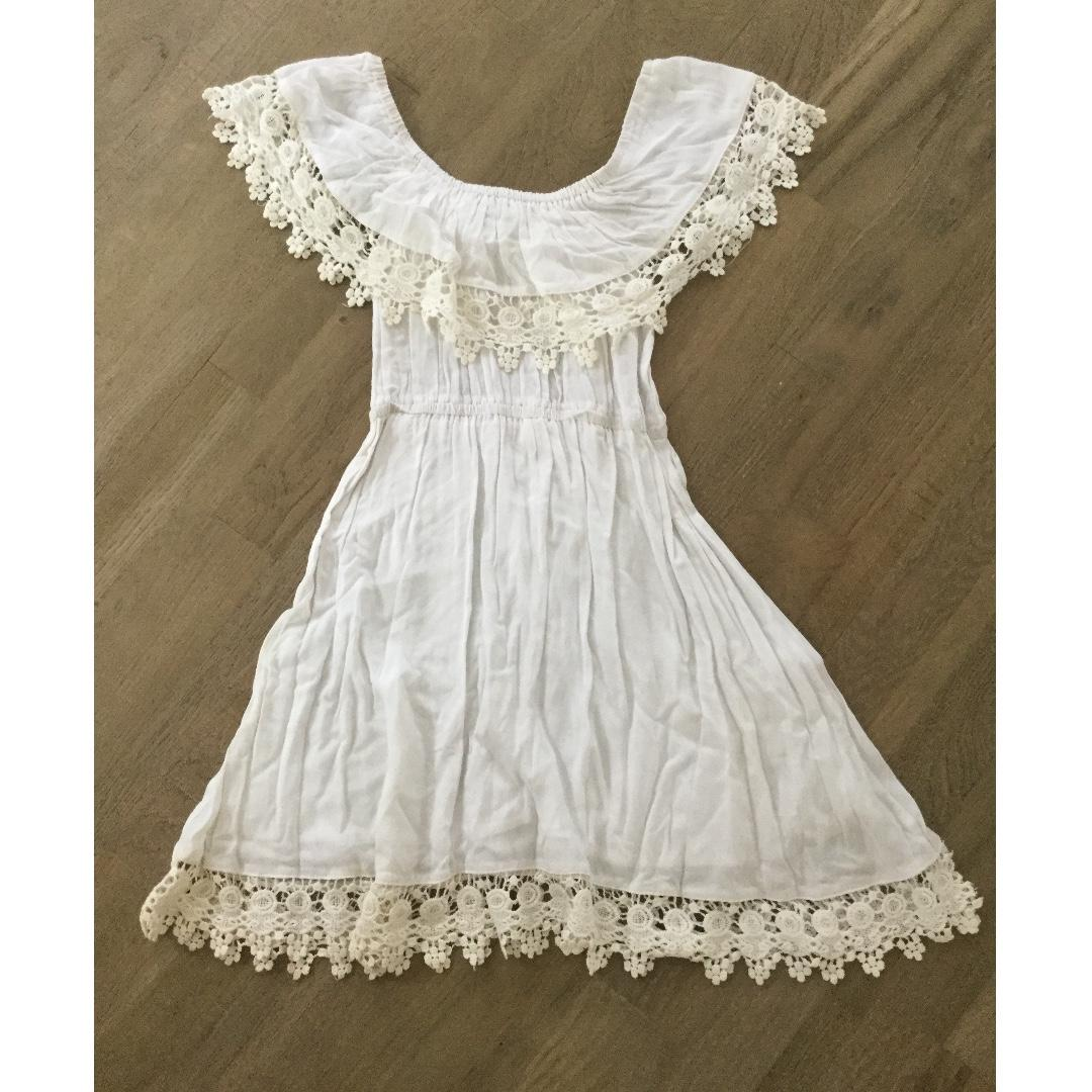 Size 6 off the shoulder white pretty dress, excellent condition