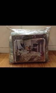 Brandnew Reversable Full size Comforter and bed skirt