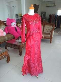 Gaun kebaya merah payet