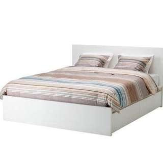 White mall bed with drawers