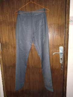Celana abu tua