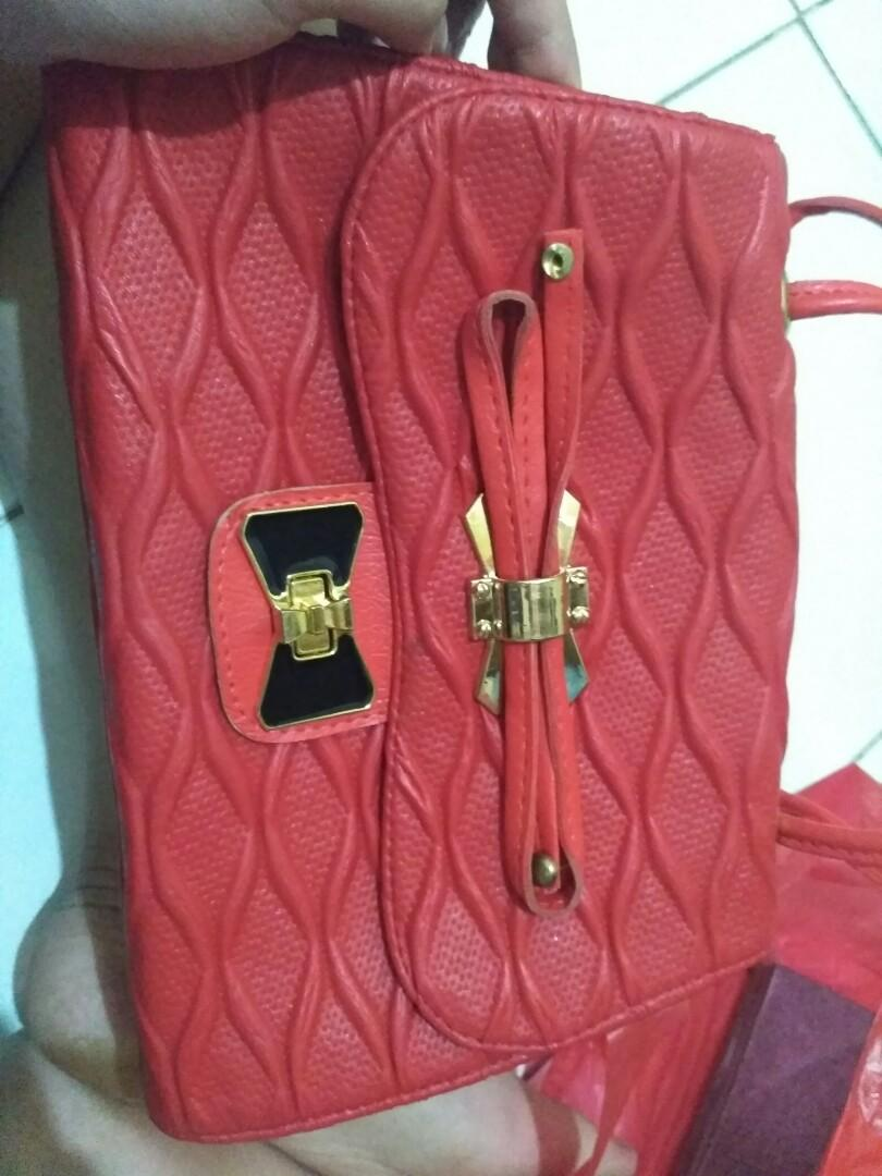 Tas kulit merah