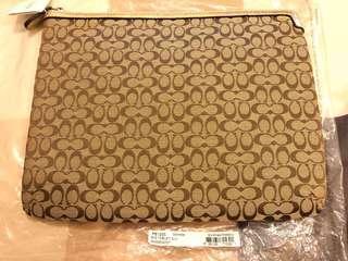 🚚 Coach F61035 Signature Tablet Sleeve