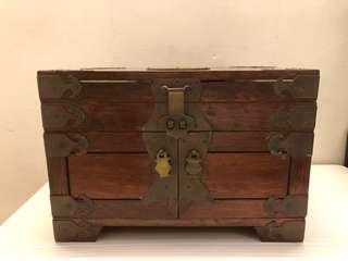 頂級花梨中式手饰品收纳珠寶盒,8-9成新,全黃銅盒邊角,囍字銅字盒面,三層寛大內蘢如覆式單位,可放多款金器,名貴手飾。