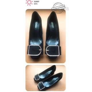 🚚 Daphne 達芙妮 水鑽方扣絨面布料黑色粗跟鞋 (23.5)