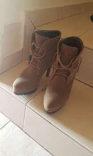 Khakis brown boots