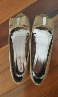 Size 6 low wedge shoes