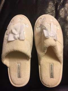 🚚 柔軟白室內拖鞋