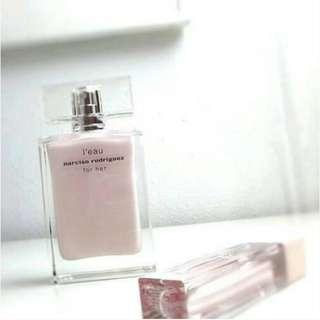[DECANT] Narciso Rodriguez leaufor her