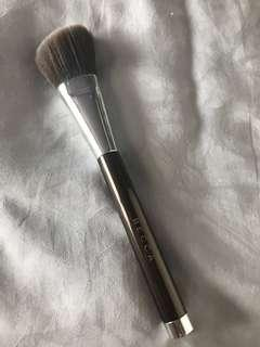 🚚 Becca Angled Highlighting Brush