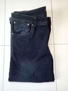 Black 3-quarter jeans