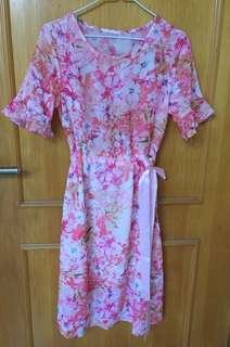 粉紅碎花連身裙