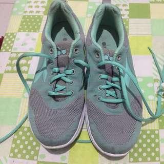 Sepatu olahraga diadora