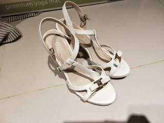 🚚 達芙妮  細跟  高跟鞋  白色 亮皮 晚會鞋