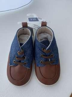 🚚 NWT Baby Gap Cot Shoes