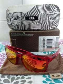Authentic Oakley Holbrook crystal red with ruby iridium lense. There's a small chip you can see at the 4th pic hence selling it cheap. Free hardcase