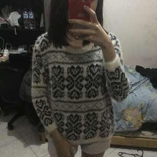 Black and white sweater tebal