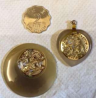 瑪瑙微雕銅片鍍金吊墜,90年代精工。每個$180如一對買$300