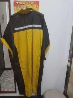 🚚 男生雨衣二手 170公分適穿 下擺有破洞 50元