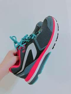 Decathlon 雙色運動機能美鞋