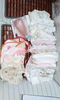 大量初生嬰兒和尚袍(送沖洗瓶和口水肩) Lots of newborn baby bodysuits/underwear (free gifts: female wash bottle & baby bibs)
