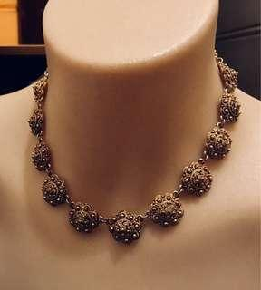 Vintage gold tone necklace. Unusual