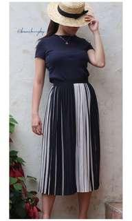 Monochrome pleated midi skirt