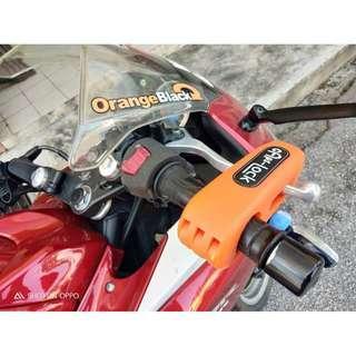 Throttle Grip Lock Anti-Thief Yamaha Honda Suzuki SYM Modenas Benelli Demak BMW KTM KTNS CMC Evo Skyline Y15ZR RS150R FZ150 RXZ RFS Belang 125ZR LC 135 CBR RC Duke R25 R15 Pulsar 302R Dominar Ninja Z SL