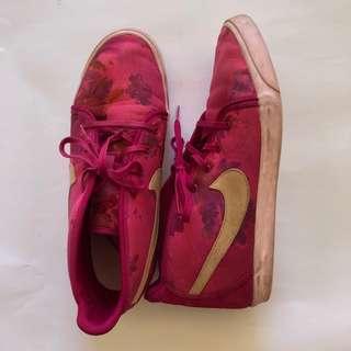 Floral Pink Nike Sneakers 🌺