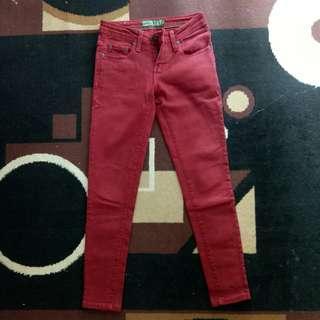 Jeans wanita merah maroon
